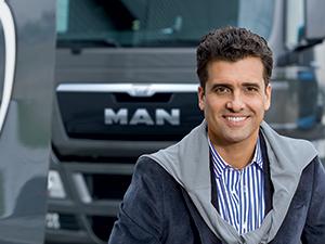 MAN Finance Kunde vor einem MAN LKW – MAN Financial Services Mietkauf